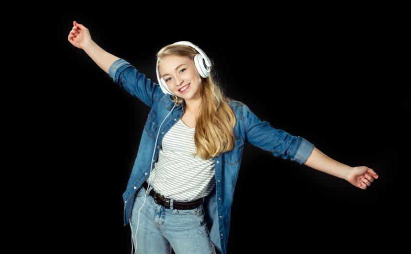 Teenager der lytter til musik